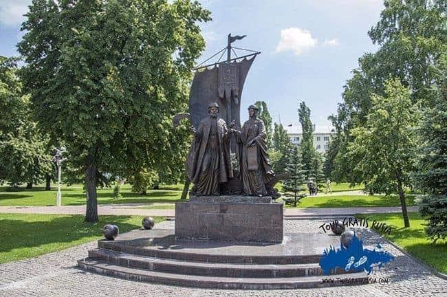 Monumento-a-los-santos ortodoxos-protectores-del amor-y-matrimonio