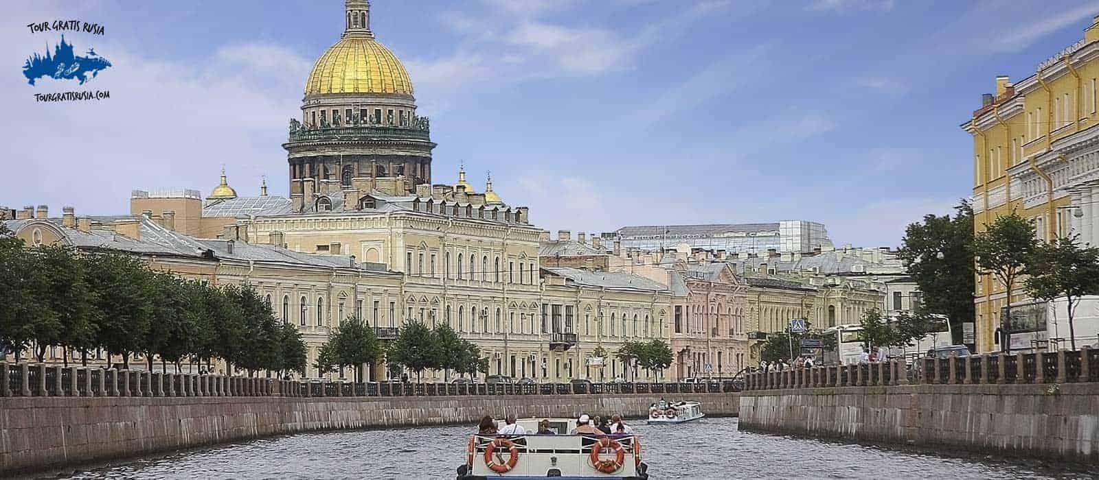 Barco por los canales de San Petersburgo