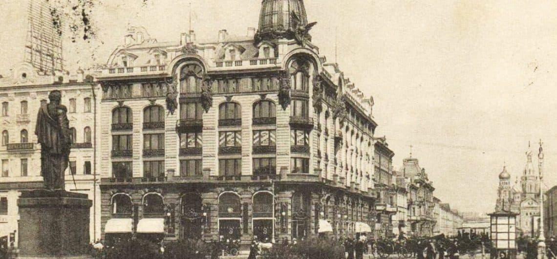 Cantante House en San Petersburgo. ¿Qué significan las Valquirias en la fachada y el globo de cristal en la torre?